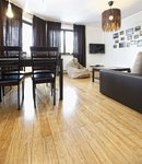m_Kopp - bambus skręcany naturalny _dobre połączenie - jasna podłoga, ciemne meble.jpg